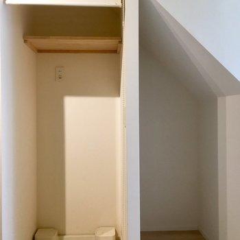 ロールスクリーンで隠せる洗濯機と右横には収納スペース。