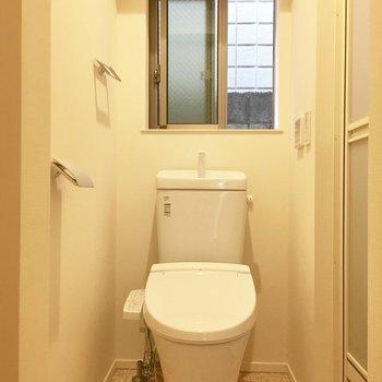 窓付きの清々しいおトイレは脱衣所も兼ねます。