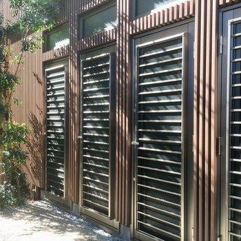左端のドアです。トネリコの木かな?グリーンが素敵ですね。