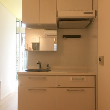 清潔感のあるホワイトキッチン。