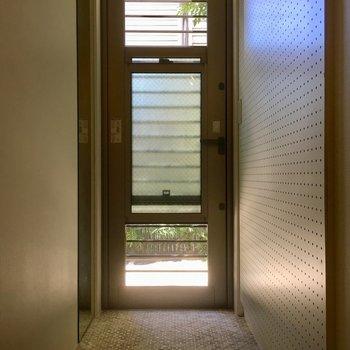 玄関はスライドして風を取り込めます!右に有孔ボード、左に天井まである姿見。
