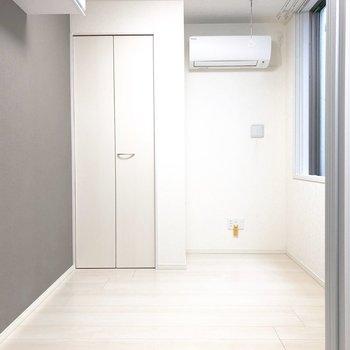 【洋室】エアコンの下にはLANポートがついていました。※写真は3階の同間取り別部屋のものです