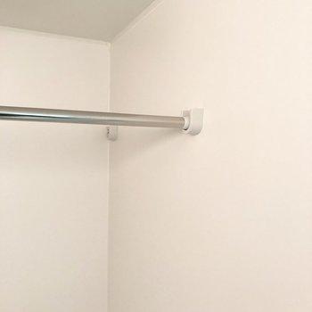 浴室乾燥使用時に役立ちそうなポールもついていましたよ。※写真は3階の同間取り別部屋のものです