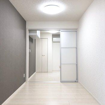 グレーのクロスが空間を引き締めます。※写真は3階の同間取り別部屋のものです