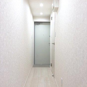 玄関周辺は白で統一されていて明るい印象です。※写真は3階の同間取り別部屋のものです