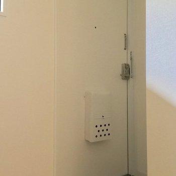 玄関はこちら。白いドアがカワイイ※前回募集時の写真です