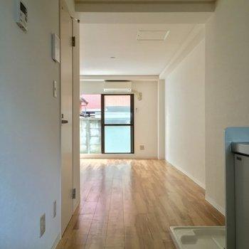 玄関から居室方面へ。ウッドタイルがいい感じ※前回募集時の写真です