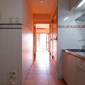 キッチン廊下もタイル張りに。