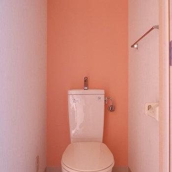 トイレにもピンクの壁紙が。