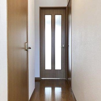 おりてきて、玄関から。手前にサニタリー。