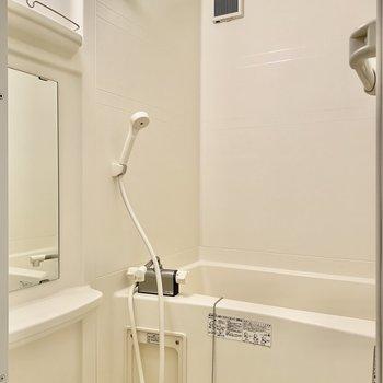 お風呂は棚がしっかり。バスグッズも置けますね。