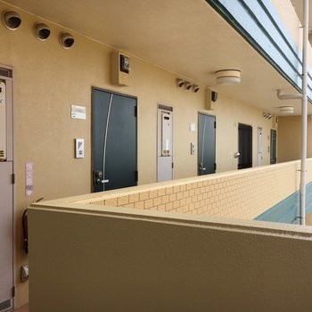 マンションの廊下。クリーム色がいい感じ。