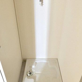バスルームの入口に洗濯機が置けます。(※写真は1階の同間取り別部屋のものです)
