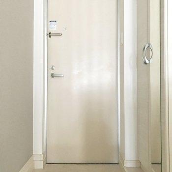 踊り場にある玄関。(※写真は1階の同間取り別部屋のものです)