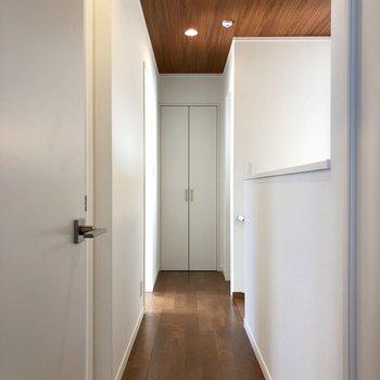 2階の廊下、奥に収納、右側には2階専用のトイレあり!