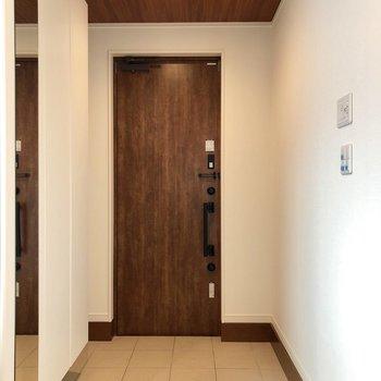 玄関はこのような感じです。姿見と大きな下駄箱あるんです。