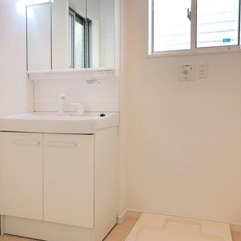 水廻りは脱衣場が広めで、独立洗面台もしっかり。