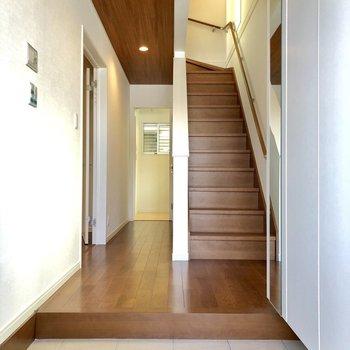 1階の玄関入ると。奥には水回りへと続く廊下あり。