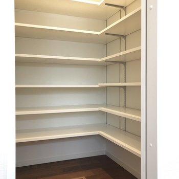 キッチン横にある収納はこんな感じ。整理整頓術のお披露目です。
