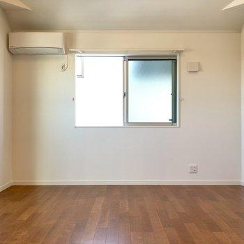 2階にはなんともう一部屋!こちらは10帖で広い〜!