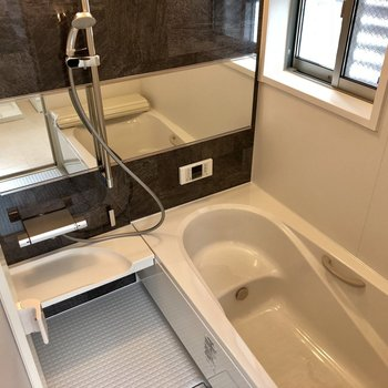 お風呂はゆったりと足を伸ばして入れます!追い焚き付きです