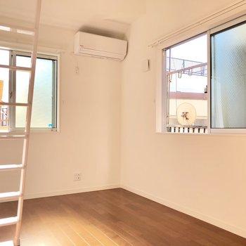 こちらは2階、5.3帖の洋室。二面採光でバッチリ。エアコンがあるのもGOOD