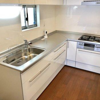 キッチンはなんとL字型なんです!!贅沢!