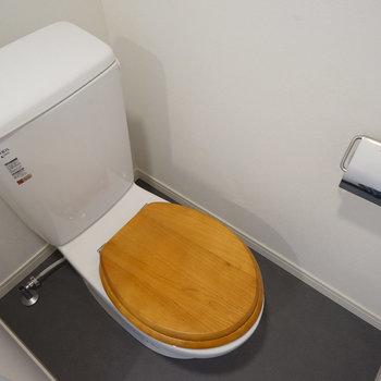 トイレはナチュラルな木製便座! ※写真は前回募集時のもの