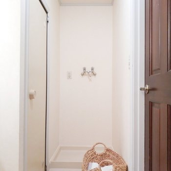 脱衣所にはカゴを置けば、そのままお風呂に入れますよ! ※写真は同間取り別部屋です。
