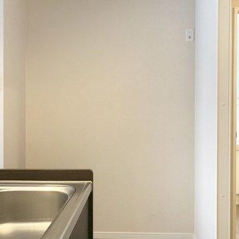 キッチンの横のスペースに冷蔵庫置けるかな(※写真は2階の同間取り別部屋のものです)