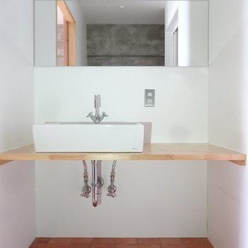 造作の洗面台もオシャレです。