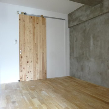 8.3帖の洋室はどう使いましょう。引き戸の先は水回りがあります。