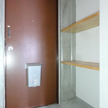 オープンシェルフ付きの玄関です。