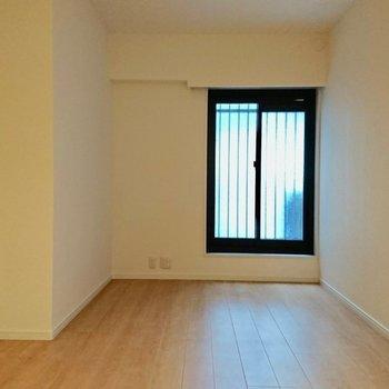 【6.7帖洋室】このお部屋は少し暗いです※写真は4階の同間取り別部屋のものです。