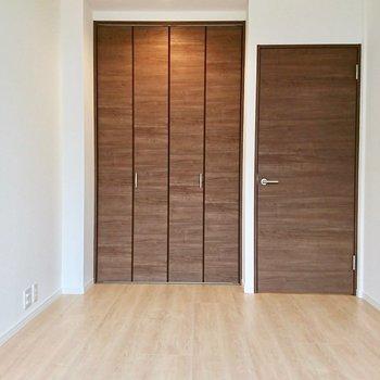 【リビング横洋室】大きなベッドを置けそう※写真は4階の同間取り別部屋のものです。