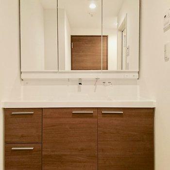 大きな洗面台※写真は4階の同間取り別部屋のものです。