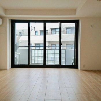 【リビング】大きな窓があります※写真は4階の同間取り別部屋のものです。