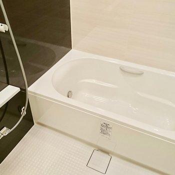 ピカピカのお風呂です!※写真は4階の同間取り別部屋のものです。
