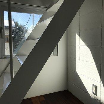 冷蔵庫は階段下ですね