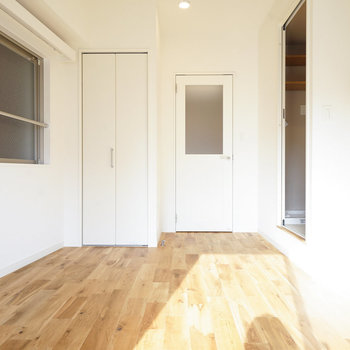 キッチンと居室の間には窓入りのドア