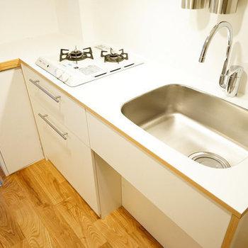 キッチンはゆったり2口ガス※写真は反転の間取りのものを使用