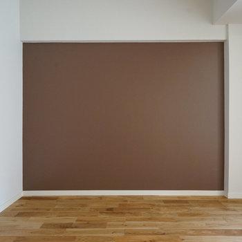 壁は塗装でブラウンに!