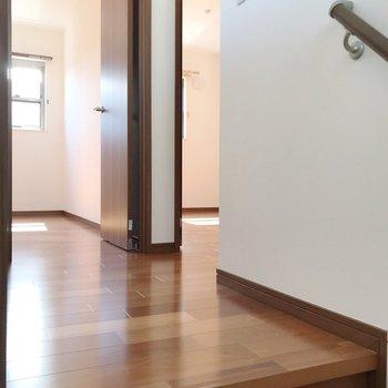 5.5帖の洋室が2つ、右奥に8帖の洋室があります。