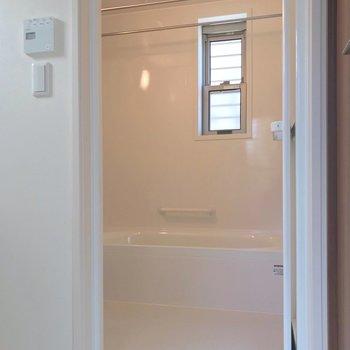 お風呂には窓付きが嬉しいな〜。浴室乾燥機も付いています。