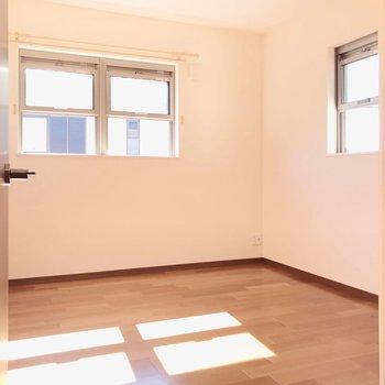 【右5.5帖】ここも左のお部屋と同じ広さ。お子さまがケンカすることもなさそう。