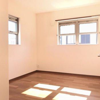【左5.5帖】どのお部屋も2面採光以上!ベッド次第では寝室兼書斎にできます。