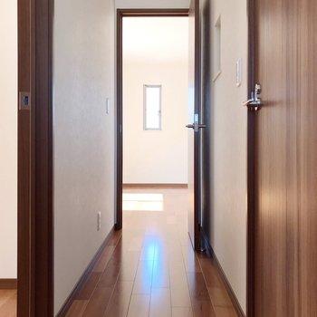 廊下を通って隣のお部屋へ。モニターホンは1階にも2階にもありますよ。