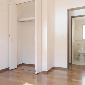 【右5.5帖】こちらにも収納付き。廊下を挟んでトイレ。1階にも2階にもありますよ。