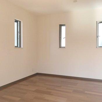 小窓が並んで3面採光!右側の扉の中身は…