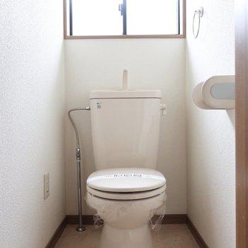 トイレにも窓!明るい〜